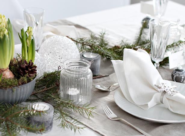 Tafels decoreren voor kerst de kersttafel dekken voor het kerstdiner sfeer in wit koper trendy - Villa decoratie ...